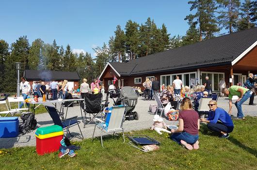 Oppstartfest med mye folk og strålende sol